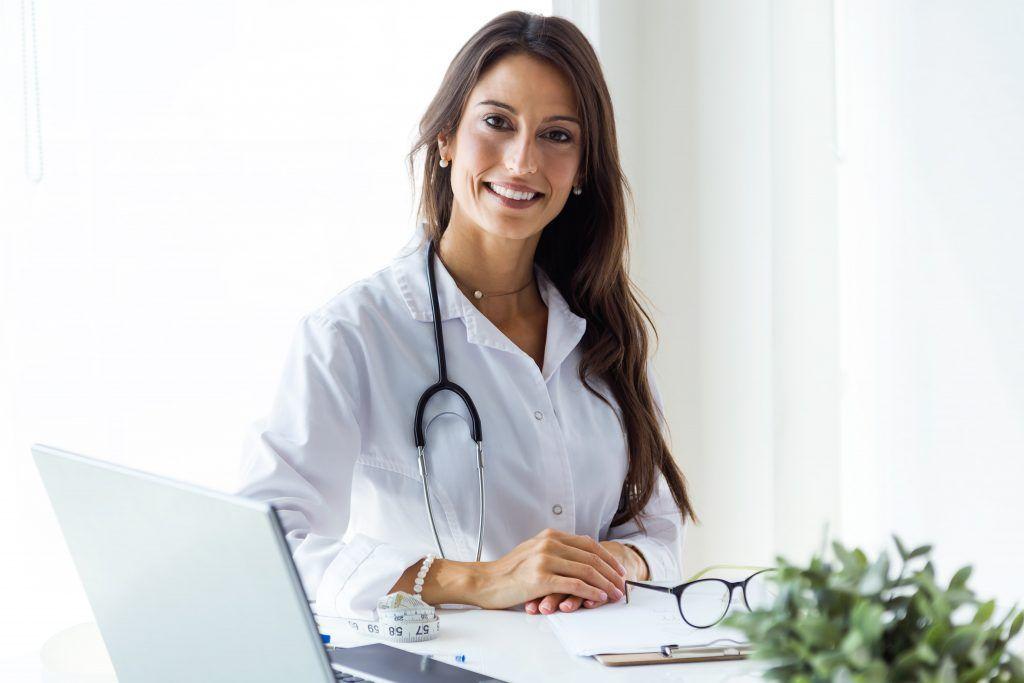 Doctora consulta comunicando min scaled